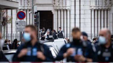 Momentul în care polițiștii din Nisa au intervenit pentru a-l opri pe atacatorul din catedrala Notre Dame