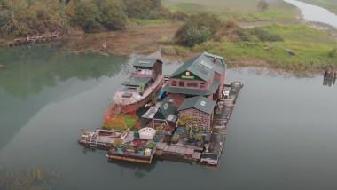 Un canadian şi-a construit o insulă plutitoare din deșeuri și locuiește acolo singur de 17 ani