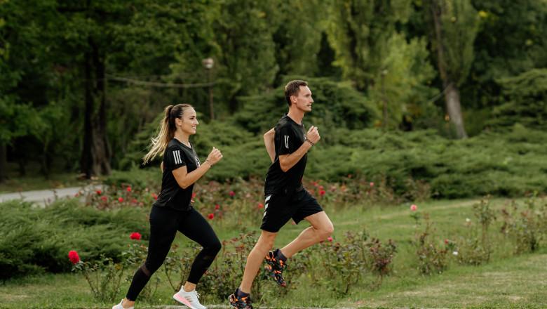 Maratonistul Alex Corneschi și antrenoarea de fitness, Anca Bucur, aleargă. Ambii sunt căpitani ai Adidas Runners Bucharest