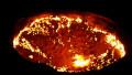 craterul Darvaza este o groapă artificială masivă, în care arde gaz metan de zeci de ani.