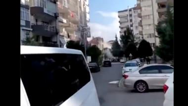 Momentul în care un bloc din Izmir se prăbușește sub privirile îngrozite ale trecătorilor