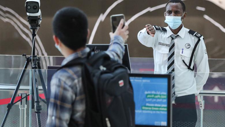 Un pasager care dorește să intre la metroul din Doha, este obligat să arate că, pe aplicația Ehteraz, are codul verde, care înseamnă că este sănătos și îi permite accesul pe peron