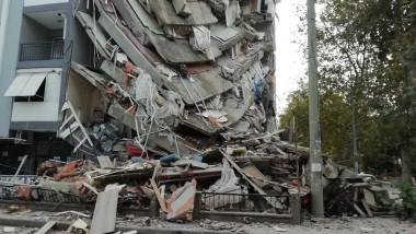 cladire prabusita izmir in urma cutremurului