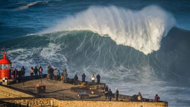 Valuri mari la Nazare, raiul surferilor