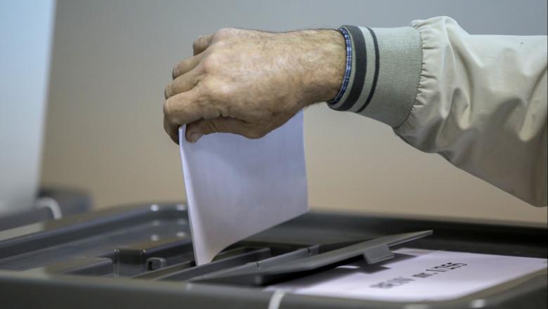alegeri Republica Moldova, mână pune buletin în urna de vot