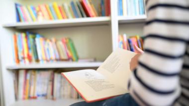 băiat citeşte o carte