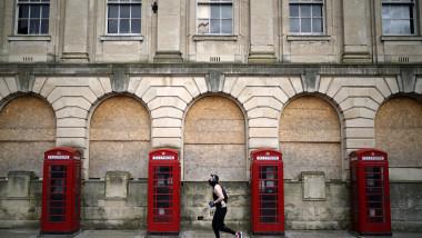 Persoanele care stau în carantină în hotelurile din Anglia vor trebui să plătească 1.750 de lire
