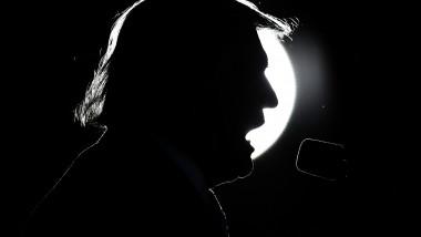 profilul lui Donald Trump pozat contra unei surse de lumină