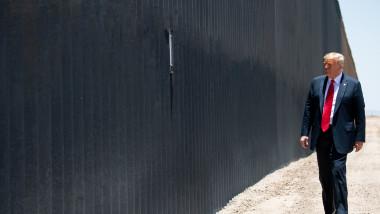 Donald Trump vizitează zidul de la graniţa dintre SUA şi Mexic