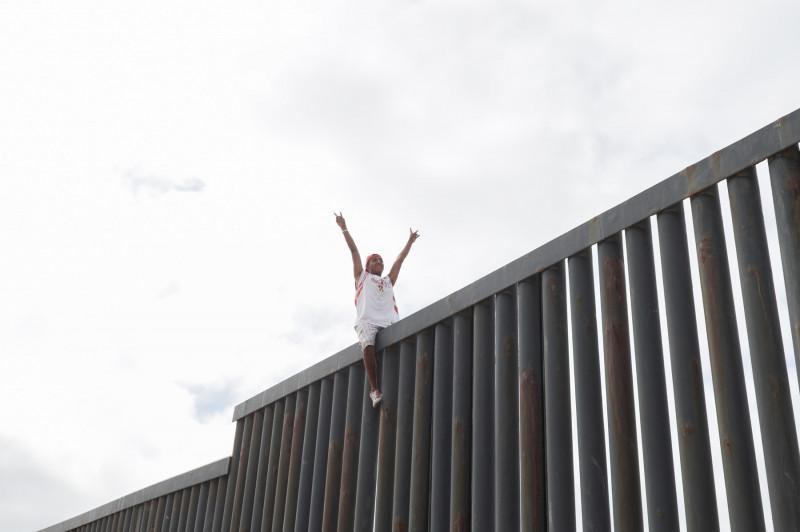 Imigrant mexican căţărat pe zidul lui Trump de la graniţa SUA Mexic