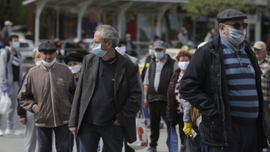 oameni cu masca pe strada