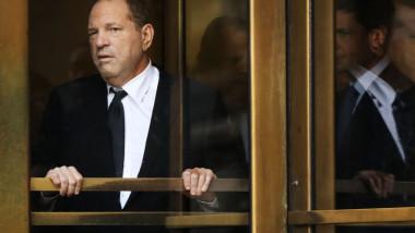 Harvey Weinstein pozat printr-o ușă rotativă
