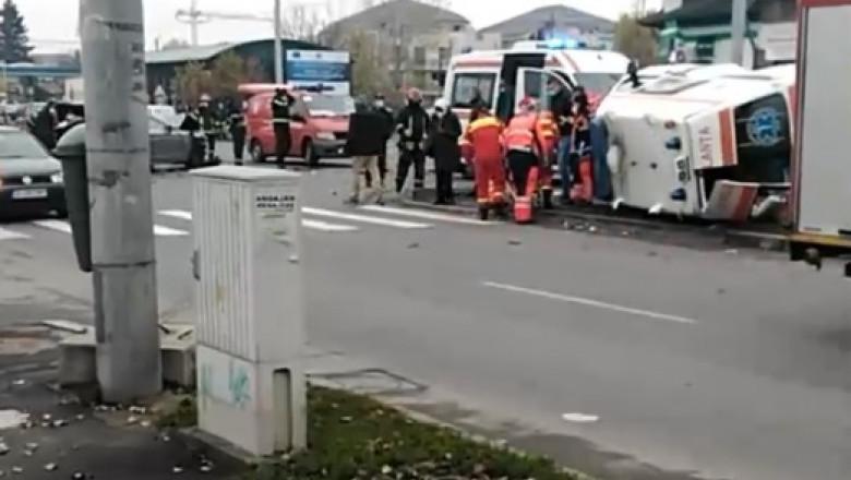 O ambulanță s-a răsturnat în București.