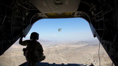 Militar american priveşte din elicopter deşertul din Afganistan