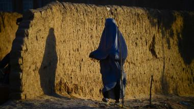 femeie afgana in burqa