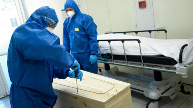 Coronavirus en France: reportage au sein de l' Hôpital Sainte Camille. MPP