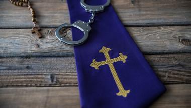 Cătușe cruce Biserica Catolică