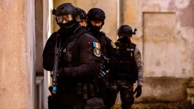 Anchetatorii și forțele de ordine participă la perchezitii