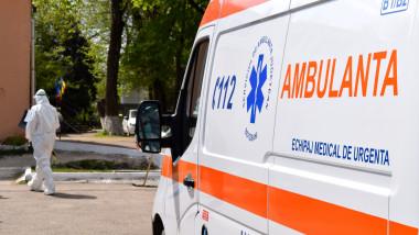 Asistentele trimise de primărie să îi ajute pe medicii de pe ambulanță au plecat când au aflat ce au de făcut.