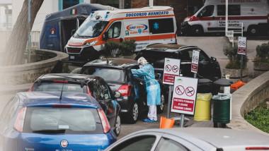 pasageri tratati in masini in fata spitalului cotugno