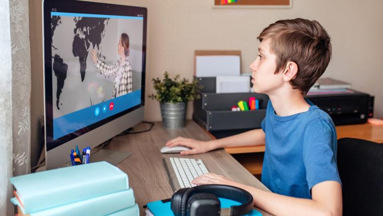 copil in fata unui calculator la scoala online