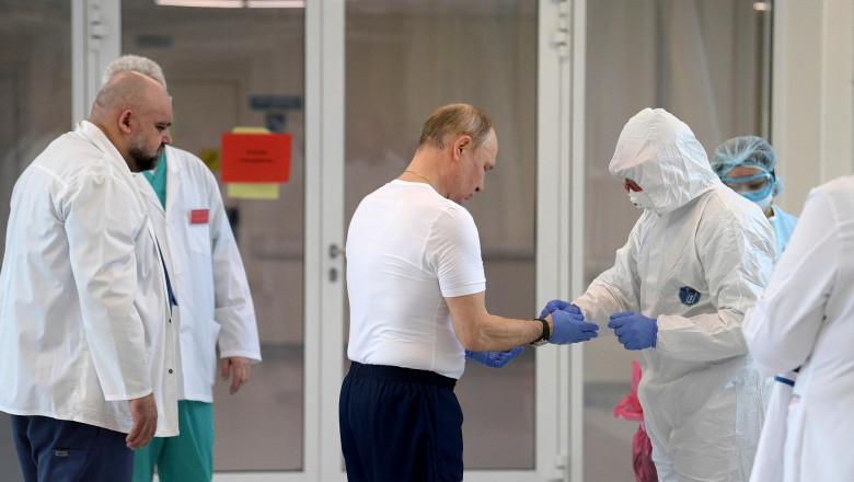 preşedintele Rusiei, Vladimir Putin, în timpulu vizitării unui spital COVID în apropiere de Moscova