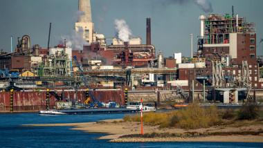 Economie Germania, uzină chimică pe malul Rinului