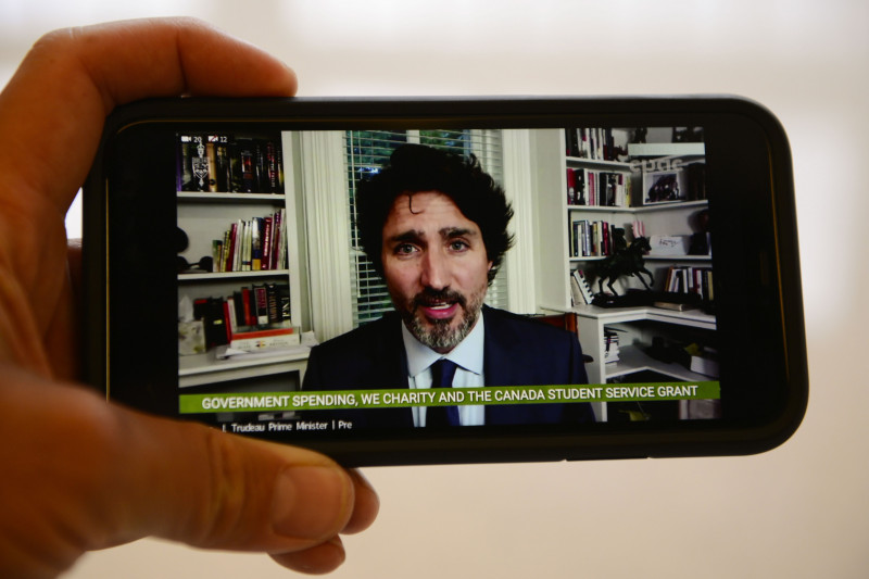 premierul Canadei, Justin Trudeau, discută la telefon printr-o videoconferinţă