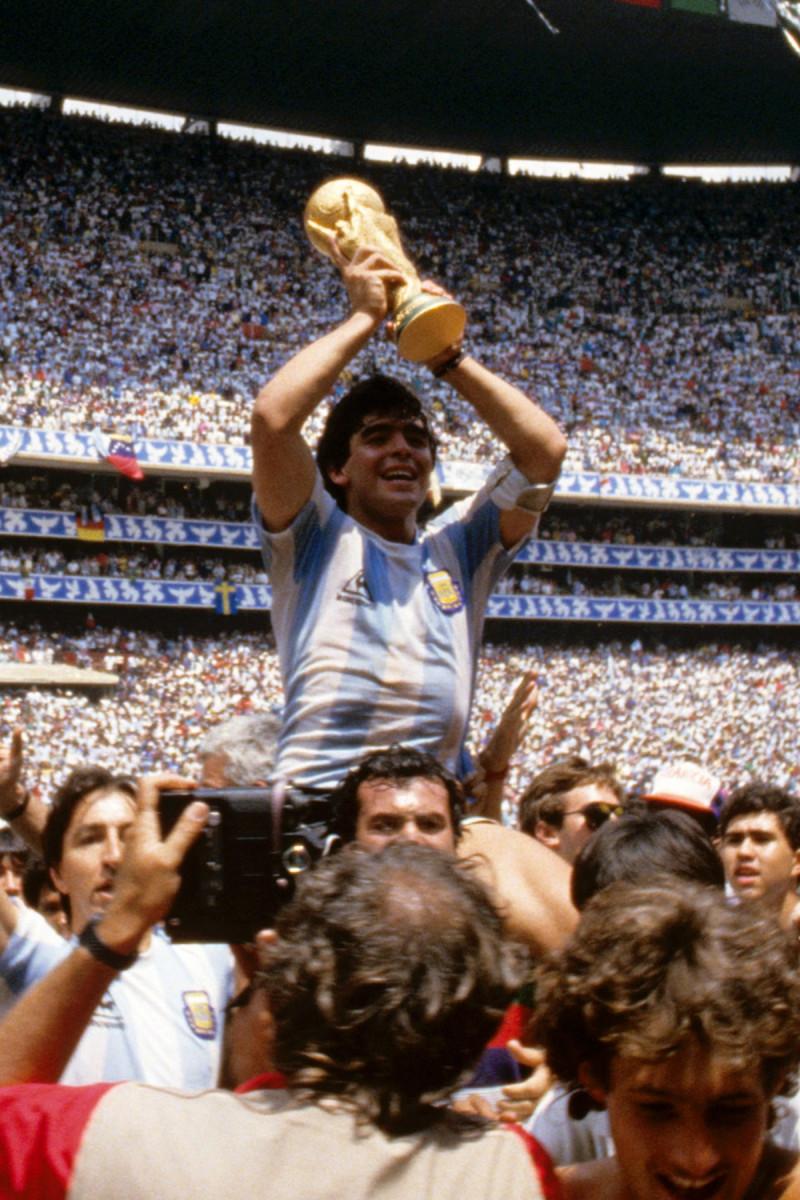 Maradona ridică trofeul Cupei Mondiale, după câștigarea cu Argentina a Campionatului Mondial 1986 din Mexic