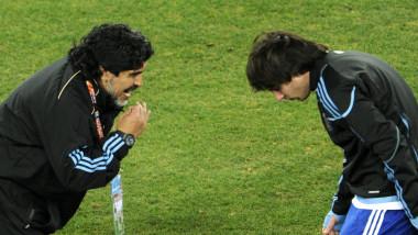 Diego Maradona îi dă indicaţii lui Lionel Messi pe terenul de fotbal în 2010
