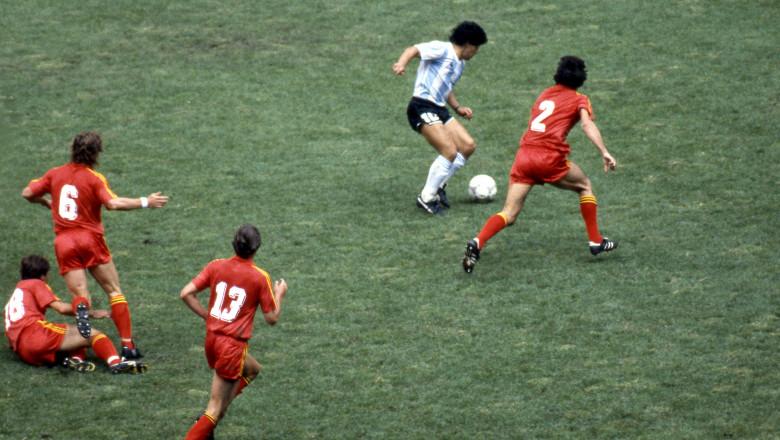 Maradona driblează jumătate din echipa Belgiei la Campionatul Mondial din Mexic 1986