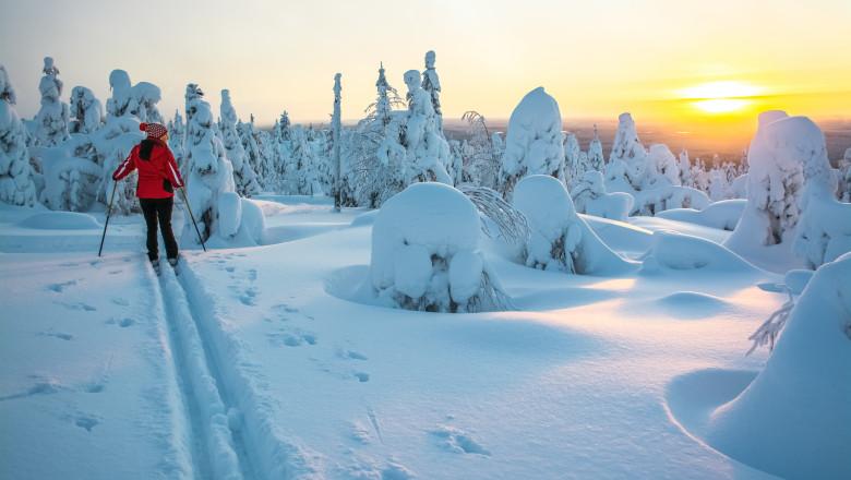 femeie pe schiuri in finlanda