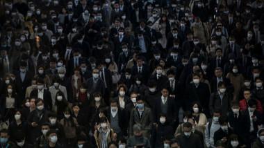 oameni pe stradă în Tokyo, poartă măşti pentru protejarea împotriva COVID-19