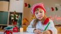 O fetiţă scrie o scrisoare pentru Moş Crăciun