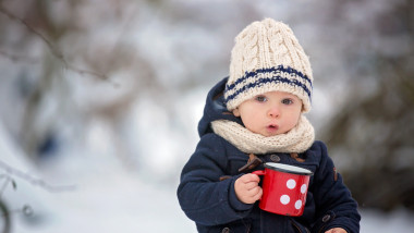 copil iarna frig ninsoare