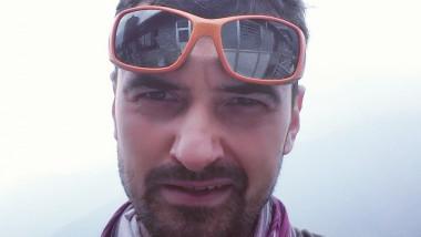 Alpinistul Alex Gavan, la un pas de o accidentare grava in muntii de gunoaie de langa Corbeanca