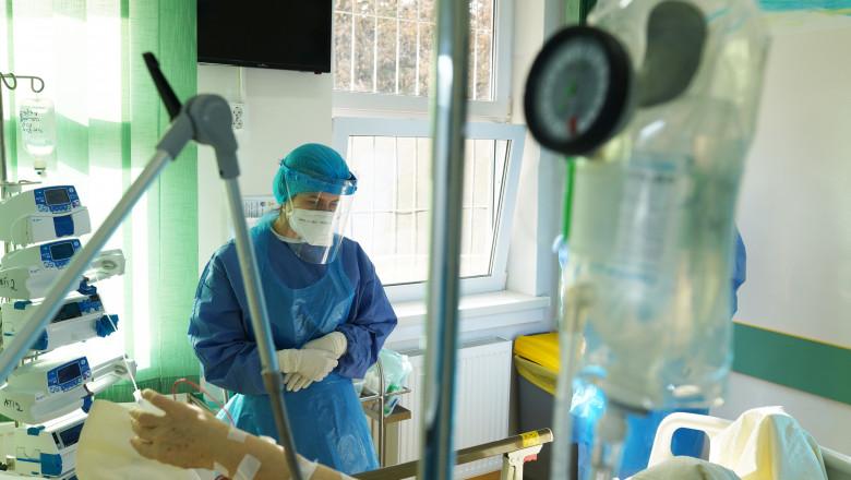 un medic vorbeste cu o pacienta intr-o sectie ATI din cluj napoca