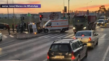 Grav accident între un microbuz și o ambulanță în care era transportat un pacient Covid