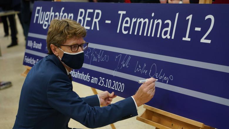 Engelbert Luetke Daldrup, directorul aeroportului din Berlin, scrie pe un panou cu creta