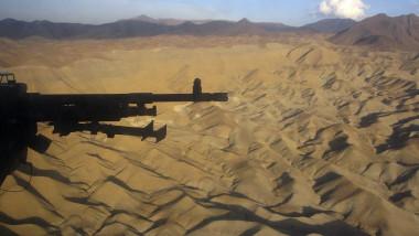 Deşertul din Afganistan văzut din elicopter NATO-SUA