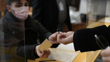 alegator în sectia de votare