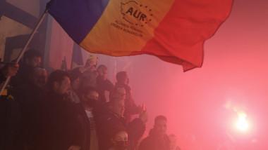 simpatizanți cu steagul cu partidul AUR