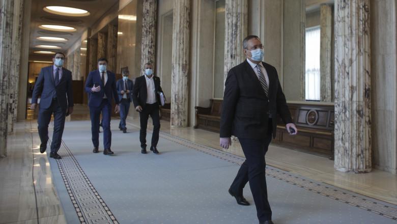 nicolae ciuca pe holul de intrare in sala de sedinte a guvernului