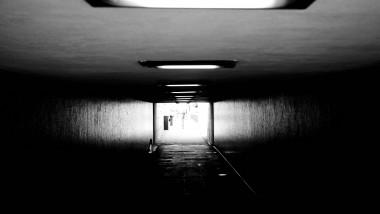 un tunel la capatul caruia se vede o lumina