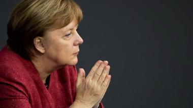 angela merkel in parlamentul german, cu mainile apropiate.