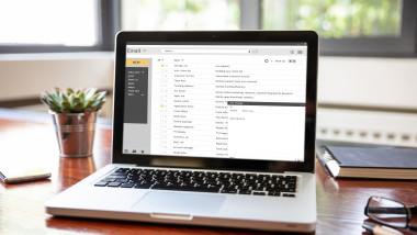 laptop cu e-mail deschis