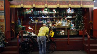 paris franta craciun ciclist copil pandemie restrictii