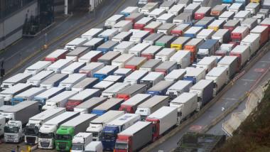 coadă de camioane la intrarea în Dover