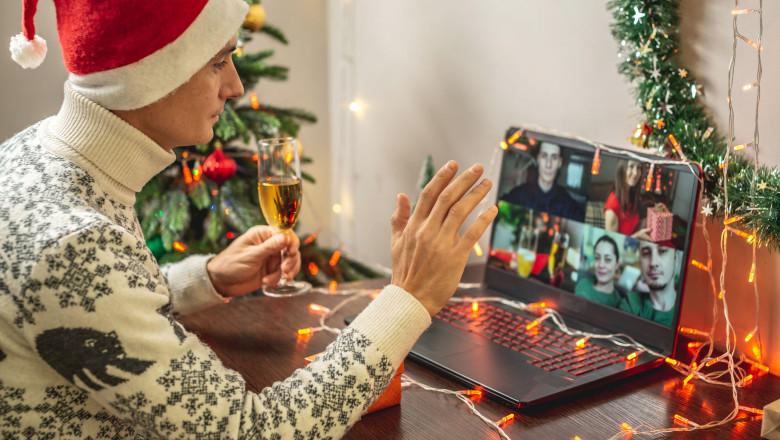 Imagine cu un bărbat care celebrează crăciunul acasă, pe zoom
