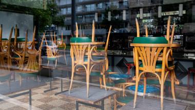 bar cu scaune puse pe masa